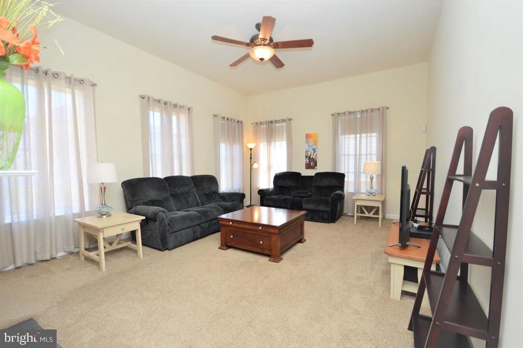 Spacious & Bright Family Room - 11829 CLARKS MOUNTAIN RD, BRISTOW