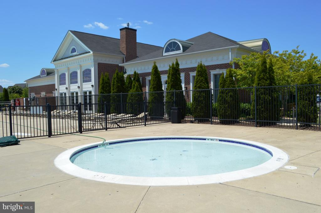 Community baby pool - 11829 CLARKS MOUNTAIN RD, BRISTOW