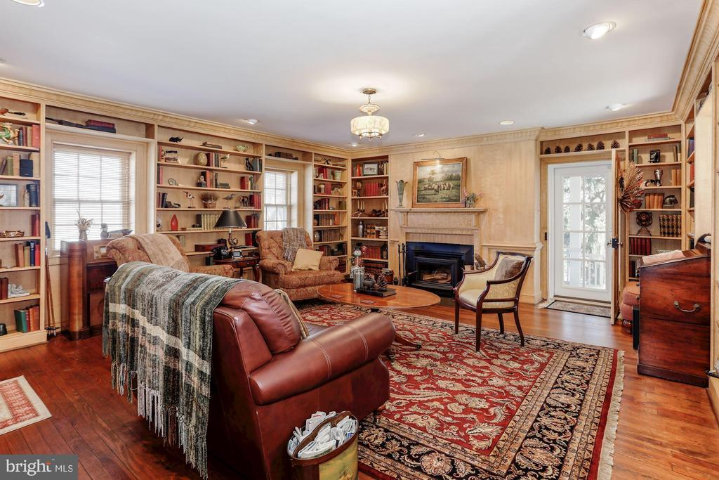 Library with built ins and hardwood flooring. - 40041 HEDGELAND LN, WATERFORD
