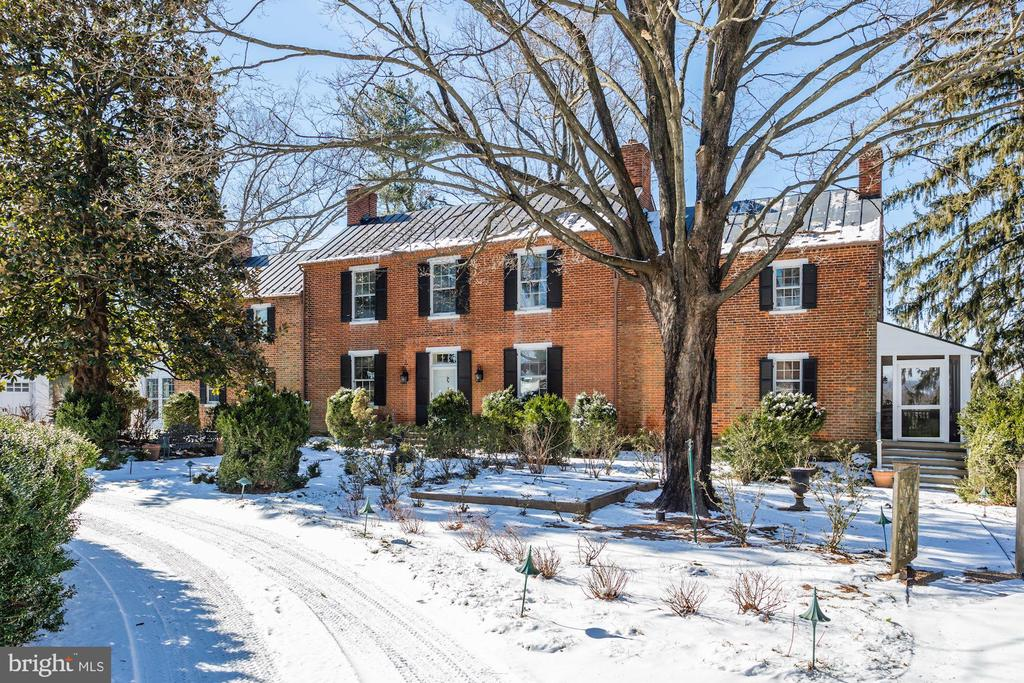 Circa 1810 Federal style Flemish bond brick Manor. - 40041 HEDGELAND LN, WATERFORD
