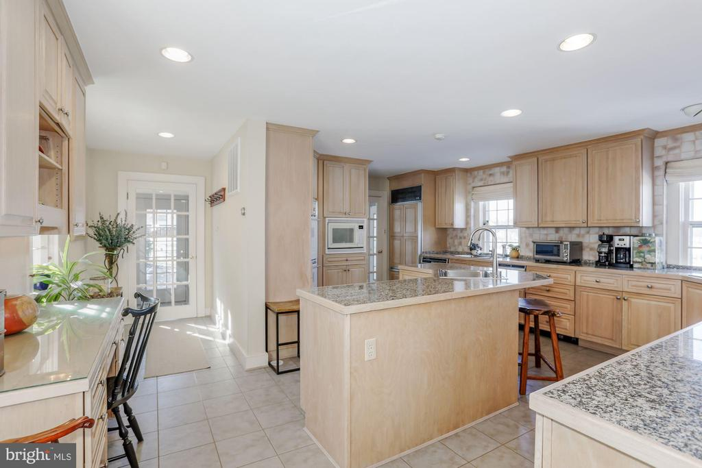 Large kitchen with bar for casual meals - 40041 HEDGELAND LN, WATERFORD