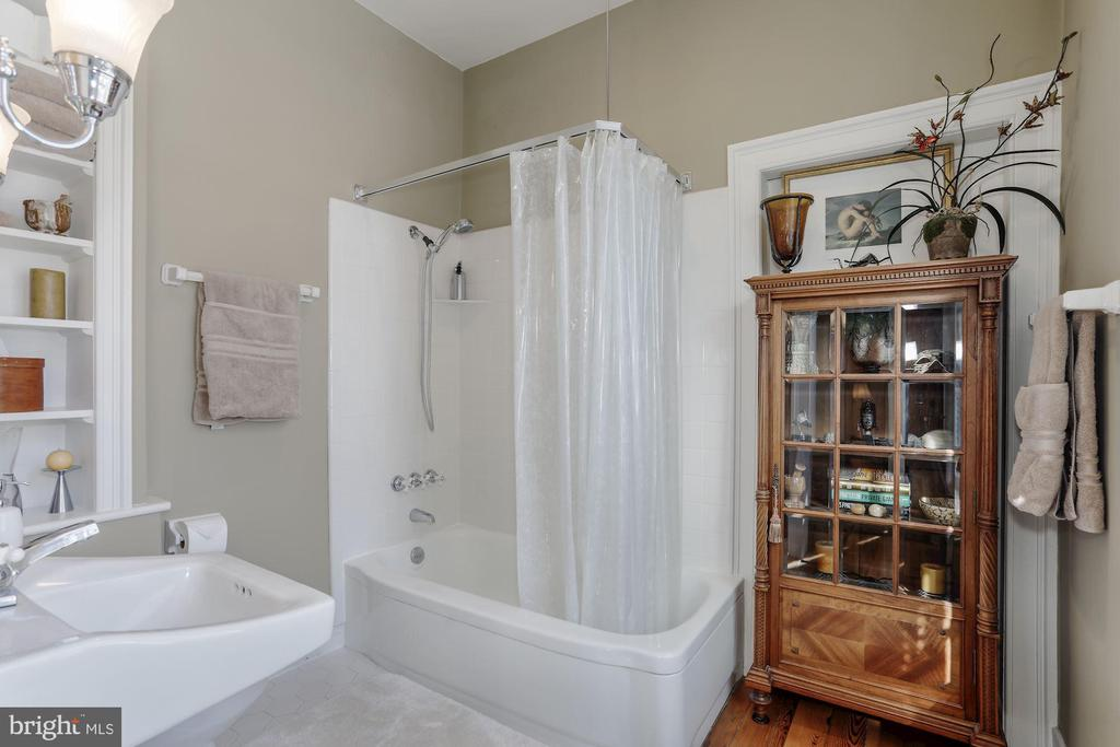 Renovated bathrooms are consistent w/home period. - 40041 HEDGELAND LN, WATERFORD