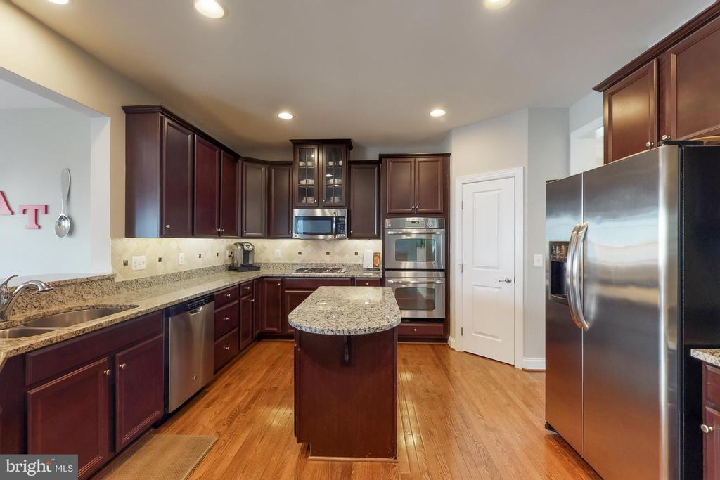 SS appliances, double wall oven, corner pantry - 25875 SYCAMORE GROVE PL, ALDIE