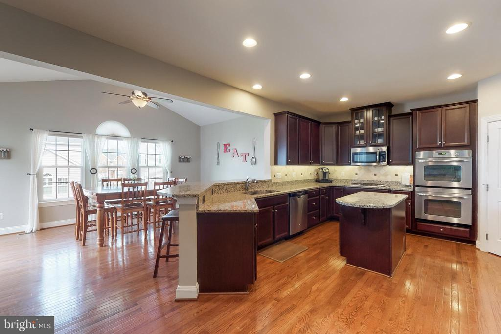 Spacious gourmet kitchen - 25875 SYCAMORE GROVE PL, ALDIE