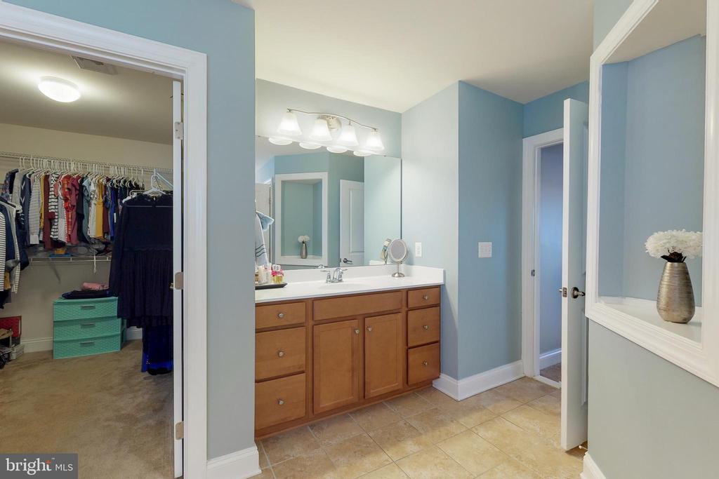 His and her vanities! - 25875 SYCAMORE GROVE PL, ALDIE