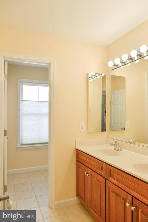 Hall bath - 42547 GOOD HOPE LN, BRAMBLETON