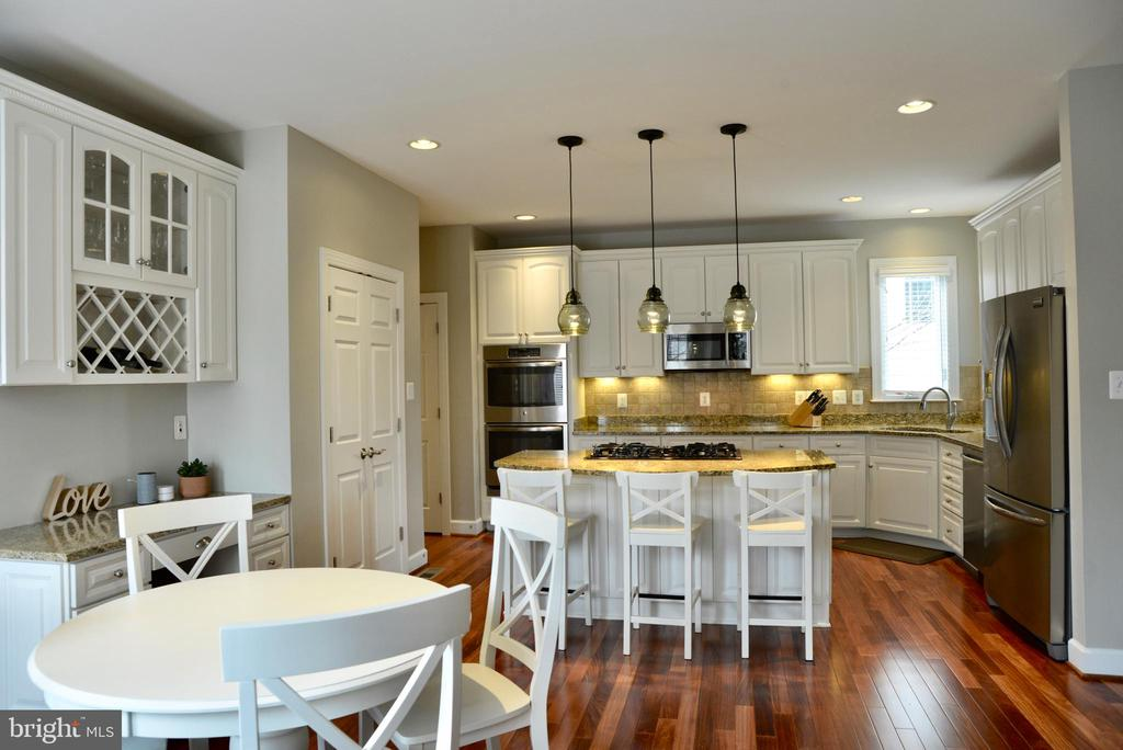 Kitchen with desk and eat-in area - 42547 GOOD HOPE LN, BRAMBLETON