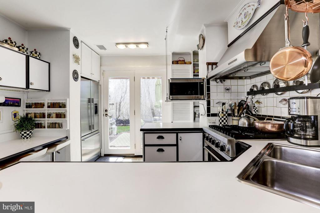 Kitchen with great counter space - 221 N ST ASAPH ST, ALEXANDRIA