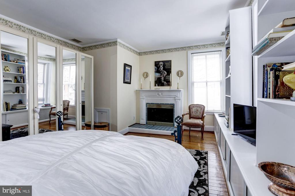 Second bedroom w/a cozy gas fireplace - 221 N ST ASAPH ST, ALEXANDRIA