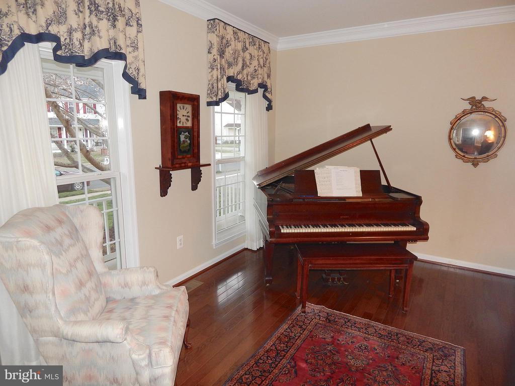 Living room w/wood floors, crown moulding - 81 BRUSH EVERARD CT, STAFFORD