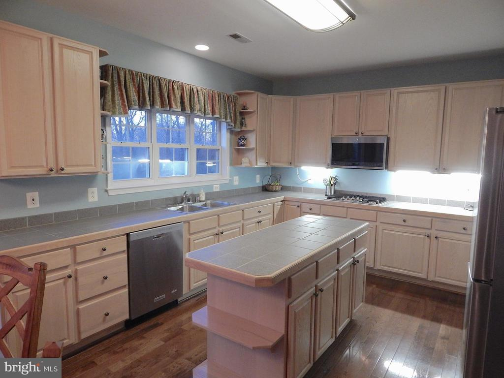 Spacious kitchen w/wood floors, island, - 81 BRUSH EVERARD CT, STAFFORD