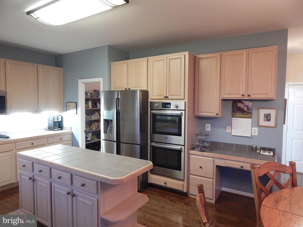 Upgraded appliances, center island, desk - 81 BRUSH EVERARD CT, STAFFORD