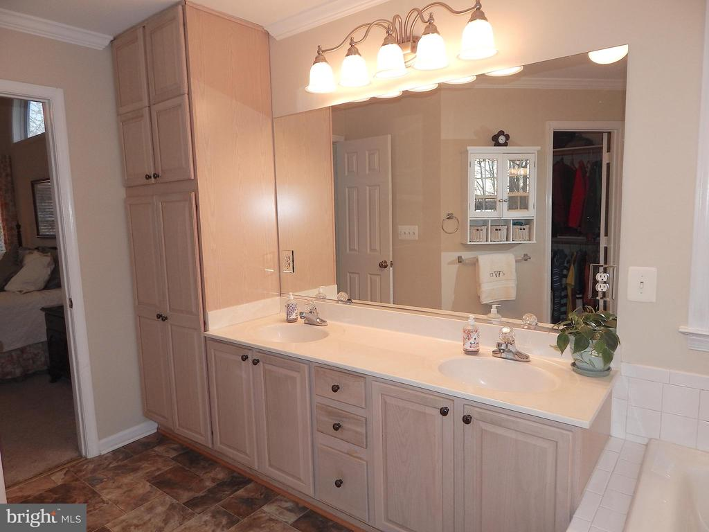 Owner's suite double vanity, double linen cabinet - 81 BRUSH EVERARD CT, STAFFORD