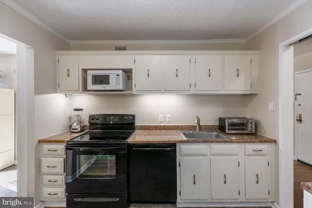 Newer kitchen appliances - 2311 PIMMIT DR #213, FALLS CHURCH