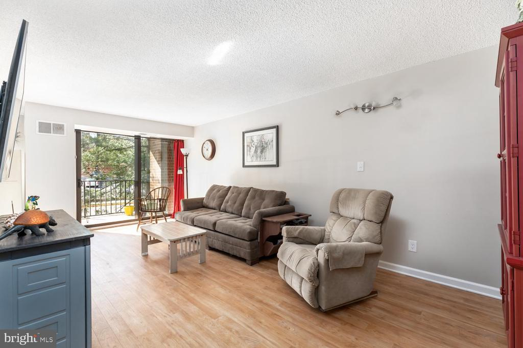 Spacious Living room opens to balcony - 2311 PIMMIT DR #213, FALLS CHURCH