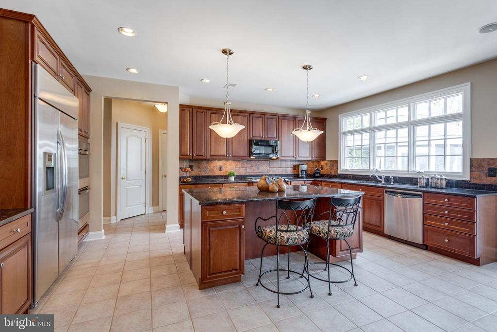Enormous Light-infused Kitchen. - 2565 YONDER HILLS WAY, OAKTON
