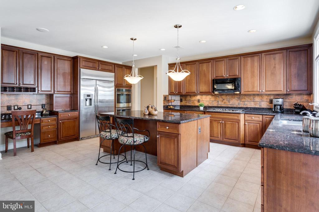 Large Central Island with Seating. - 2565 YONDER HILLS WAY, OAKTON