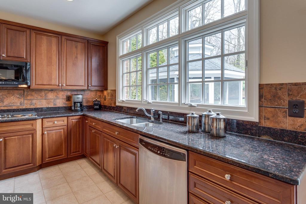 Watch the Kids Play from the Kitchen Windows. - 2565 YONDER HILLS WAY, OAKTON