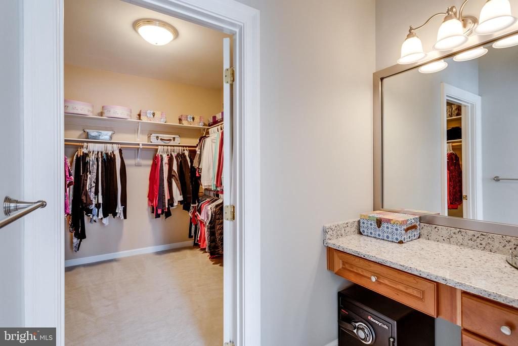Dressing room with Make-up Vanity. - 2565 YONDER HILLS WAY, OAKTON