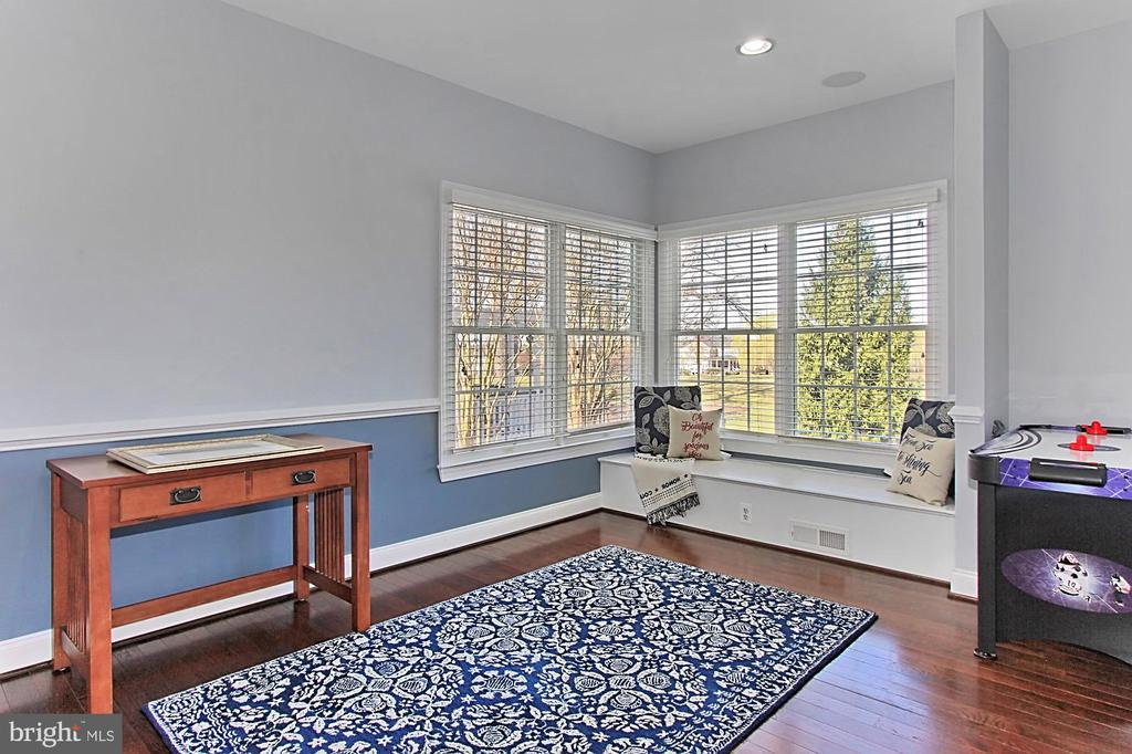 Office/Den overlooking back yard-golf course - 19817 BETHPAGE CT, ASHBURN