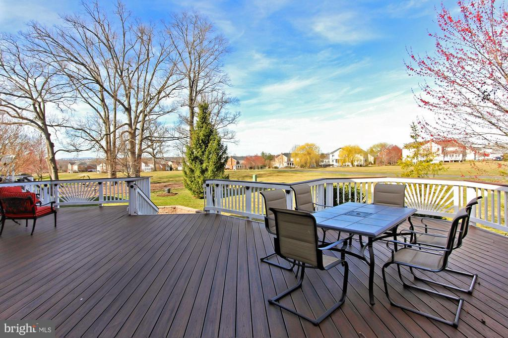Deck overlooking Patio and golf course - 19817 BETHPAGE CT, ASHBURN