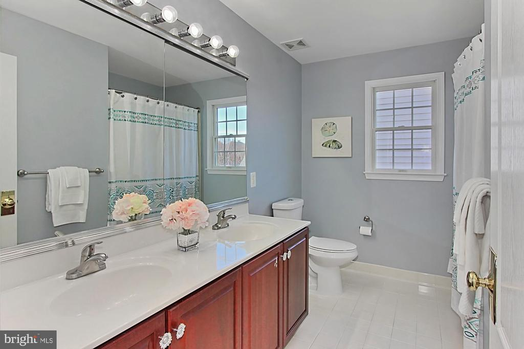 Full Bathroom - 19817 BETHPAGE CT, ASHBURN