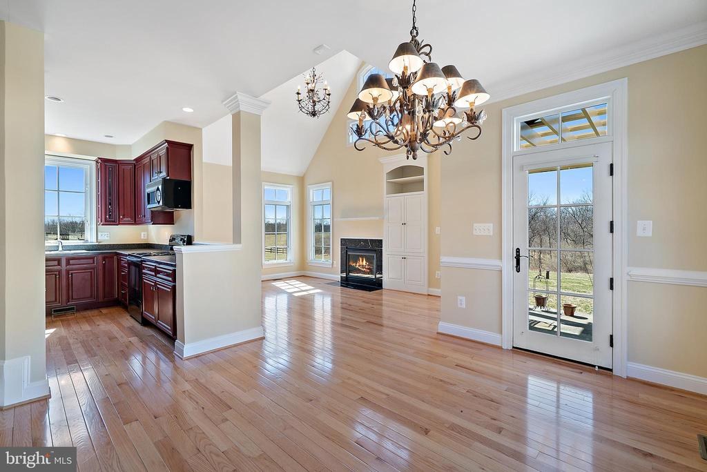 Carriage House dining area - 21051 ST LOUIS RD, MIDDLEBURG