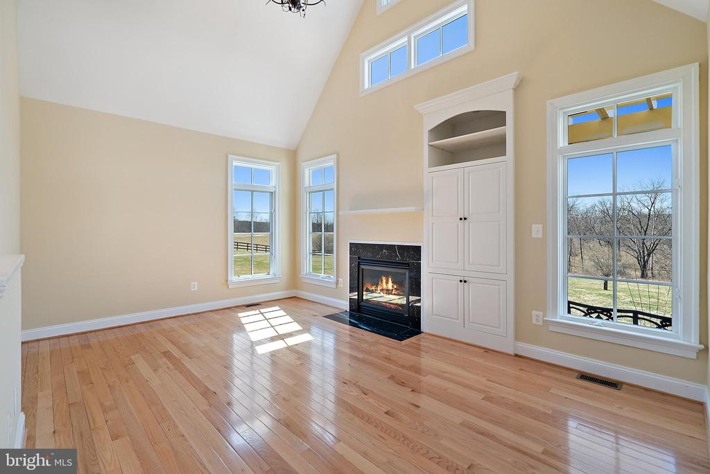 Carriage House Living Room with fireplace - 21051 ST LOUIS RD, MIDDLEBURG