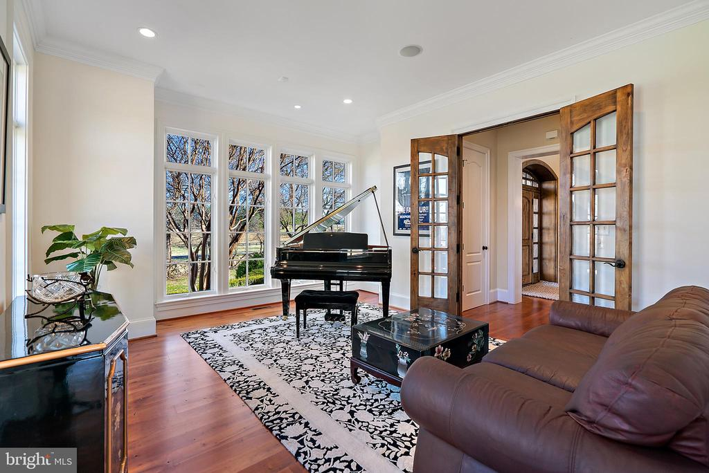 Sun-drenched Music Room could be an office/ den - 21051 ST LOUIS RD, MIDDLEBURG