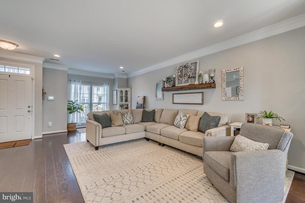 Recessed Lighting and Box Window in Living Room - 861 BASSWOOD DR, STAFFORD