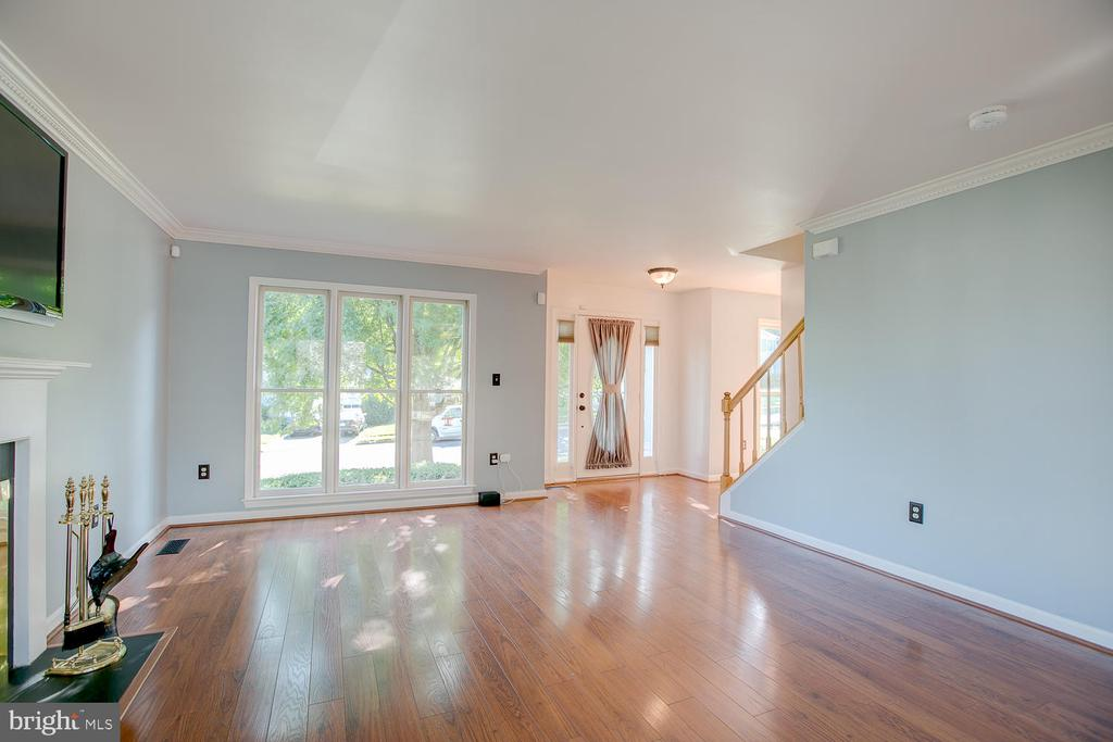 Open and bright living area! - 23 COOKSON DR, STAFFORD