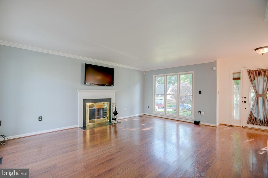 Fireplace with mantle! - 23 COOKSON DR, STAFFORD