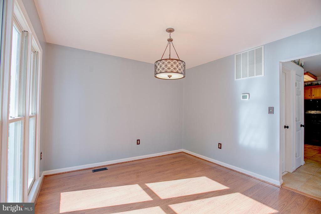 Bright and airy formal dining! - 23 COOKSON DR, STAFFORD