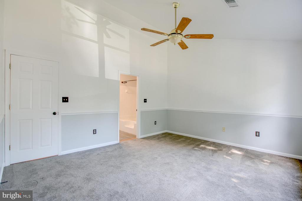 Great master bedroom! - 23 COOKSON DR, STAFFORD