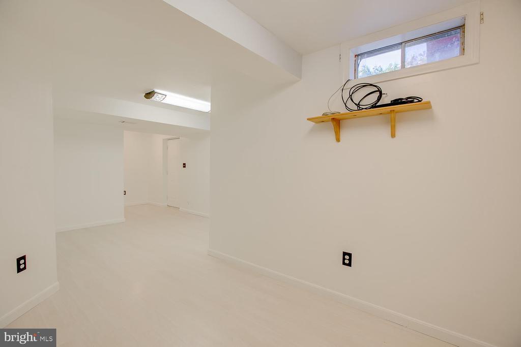 Office/bonus space in basement! - 23 COOKSON DR, STAFFORD