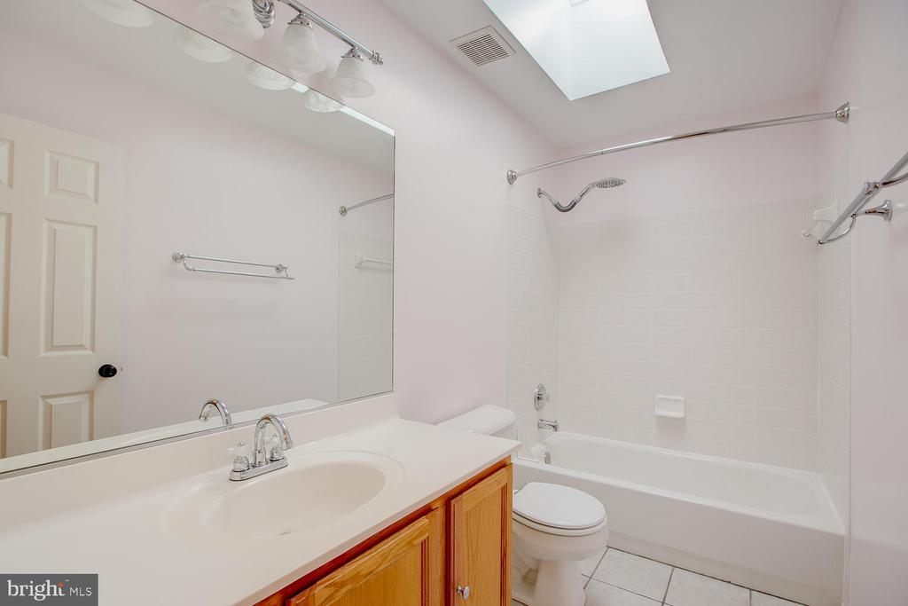 Full upstairs bath with sunlight! - 23 COOKSON DR, STAFFORD