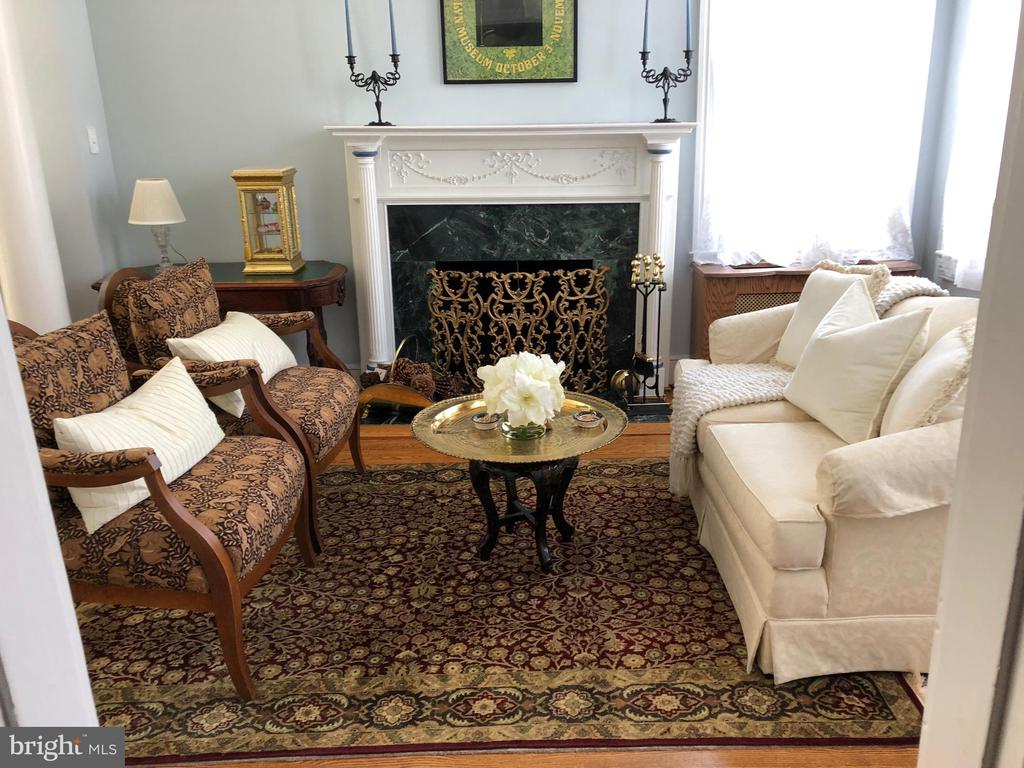 Cozy seating around the fireplace - 221 N ST ASAPH ST, ALEXANDRIA