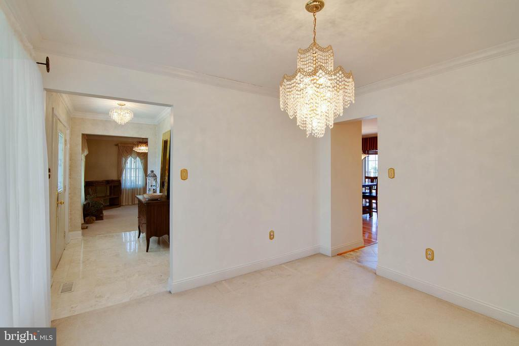 Dining room with Swarovski crystals chandelier - 6302 PANDA CT, WALDORF