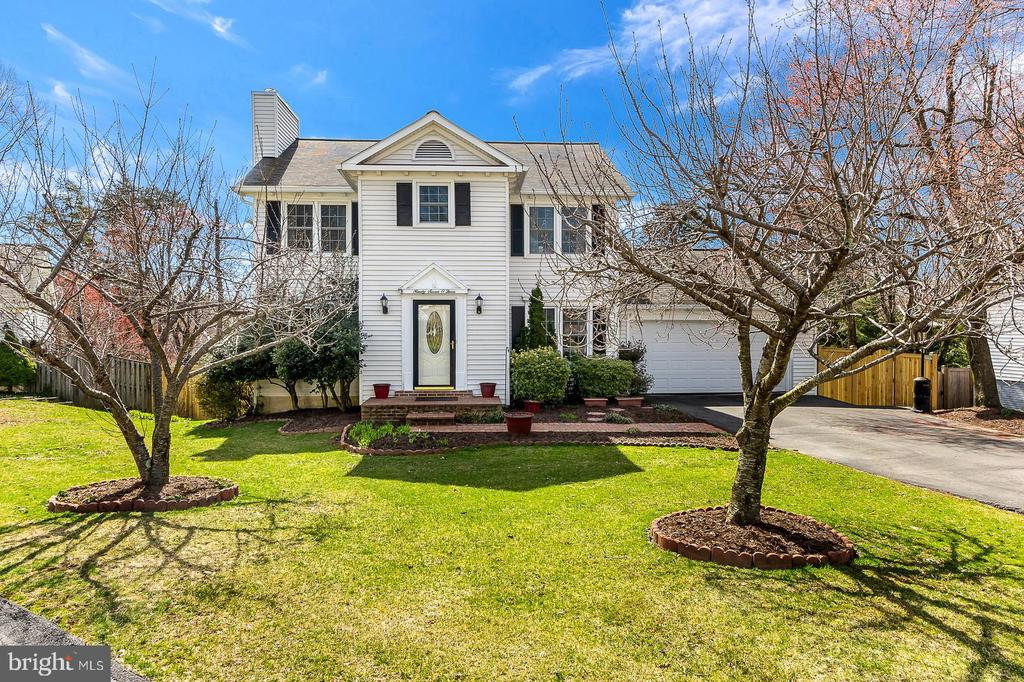 Welcome Home!! 2 car garage and large driveway - 9703 TINY CT, BURKE