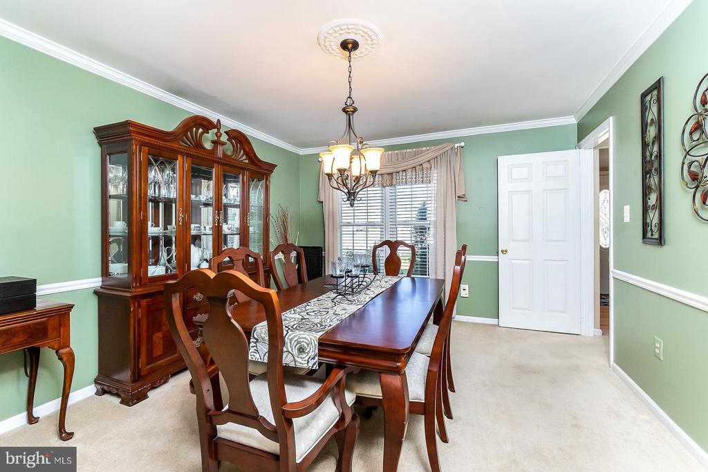 Hold big family dinners in the Dining Room - 9703 TINY CT, BURKE