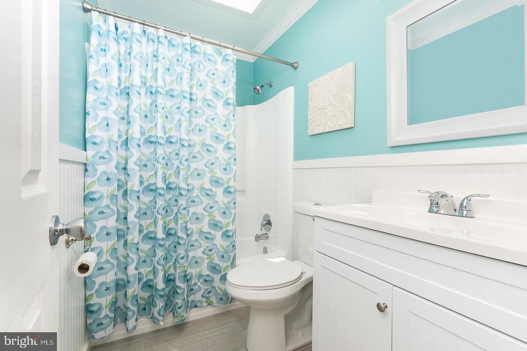 Hall bath with skylight - 9703 TINY CT, BURKE