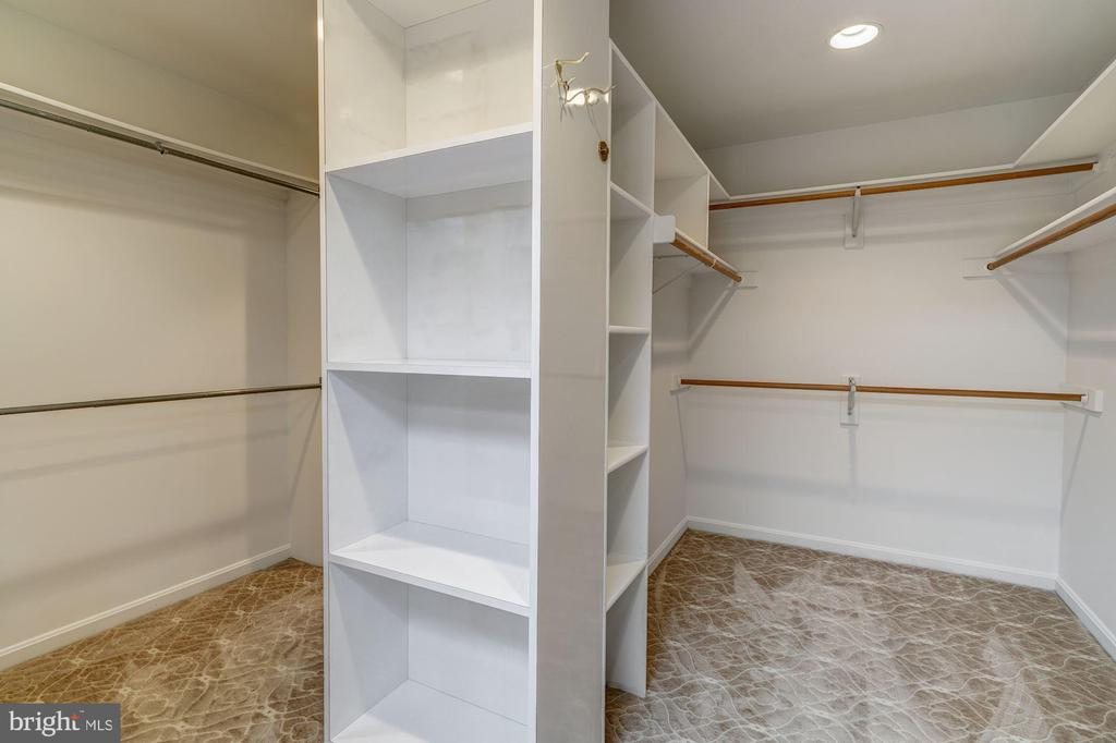 her walkin closet - 12 CLIMBING ROSE CT, ROCKVILLE