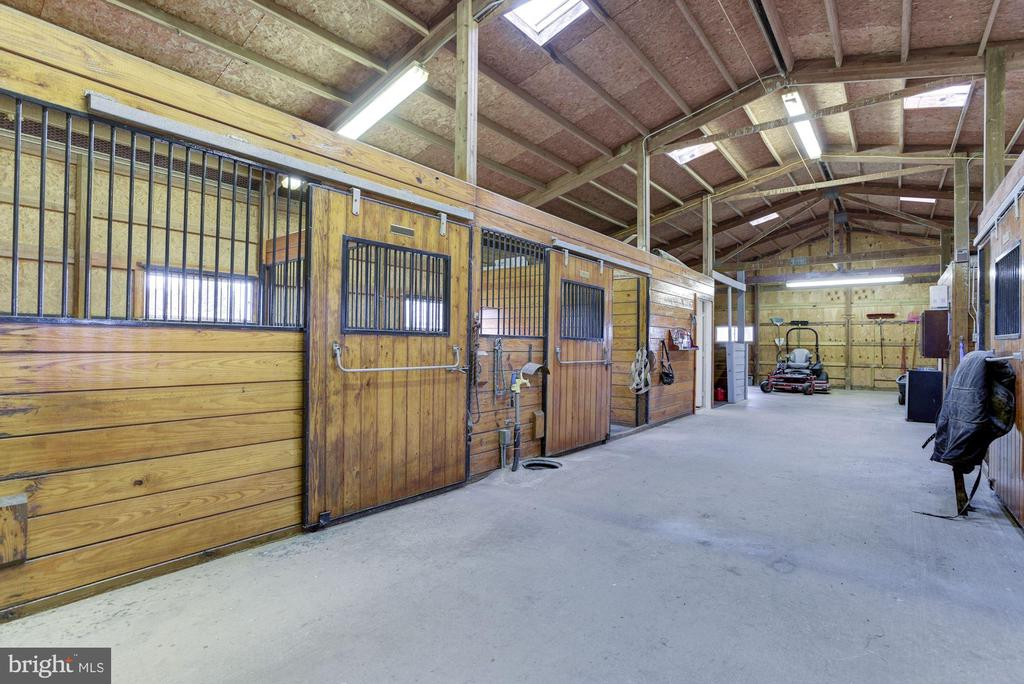 Over-sized 4 stall barn - 21960 OATLANDS RD, ALDIE