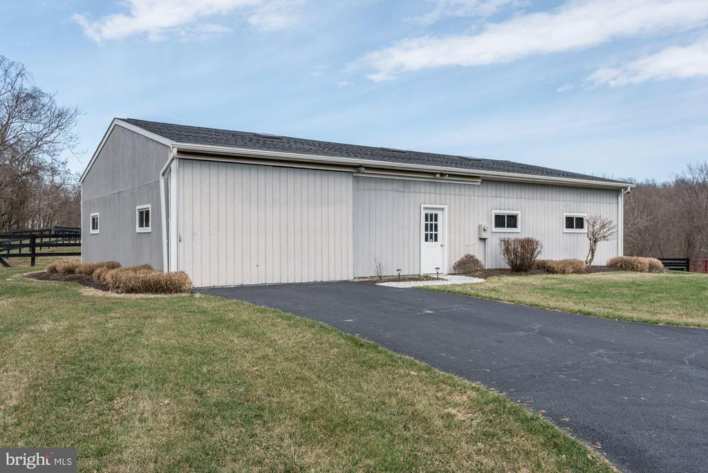 Barn with ease of parking a trailer & hay storage - 21960 OATLANDS RD, ALDIE