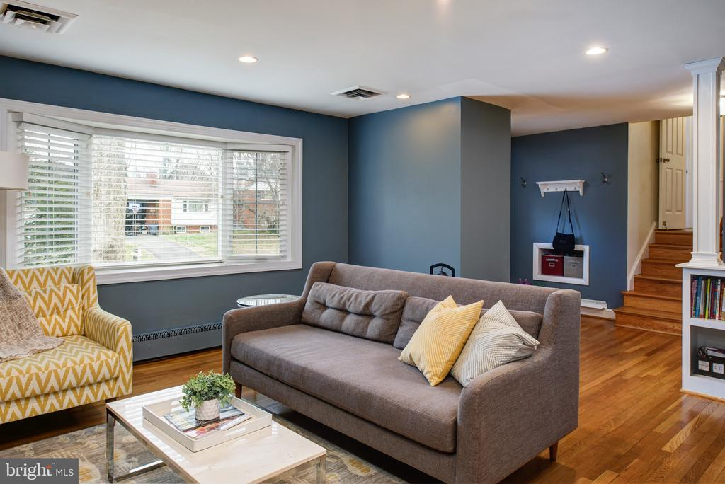 Amazing amounts of natural light from bay window - 2307 BARBOUR RD, FALLS CHURCH