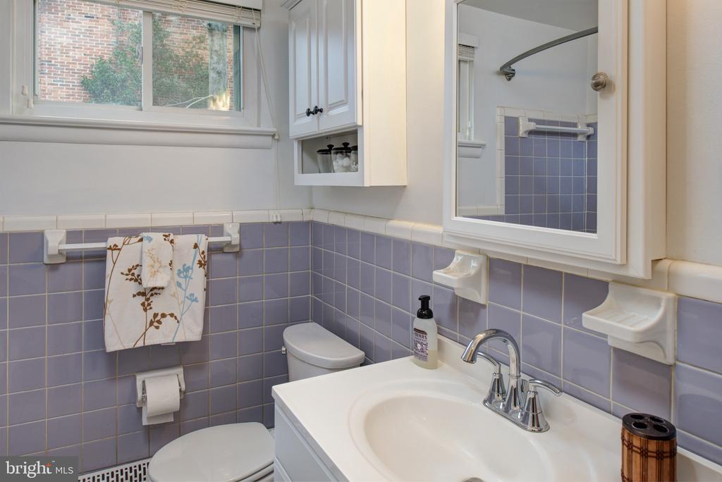 Mid level hall bath - 2307 BARBOUR RD, FALLS CHURCH