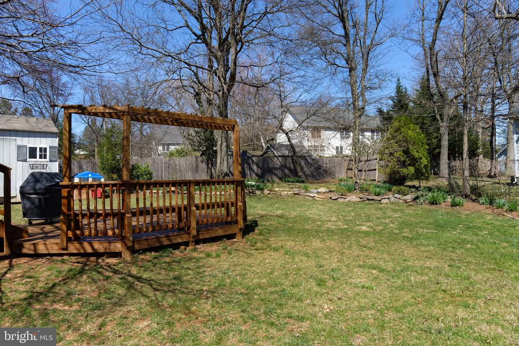 Beautifully landscaped yard - 2307 BARBOUR RD, FALLS CHURCH