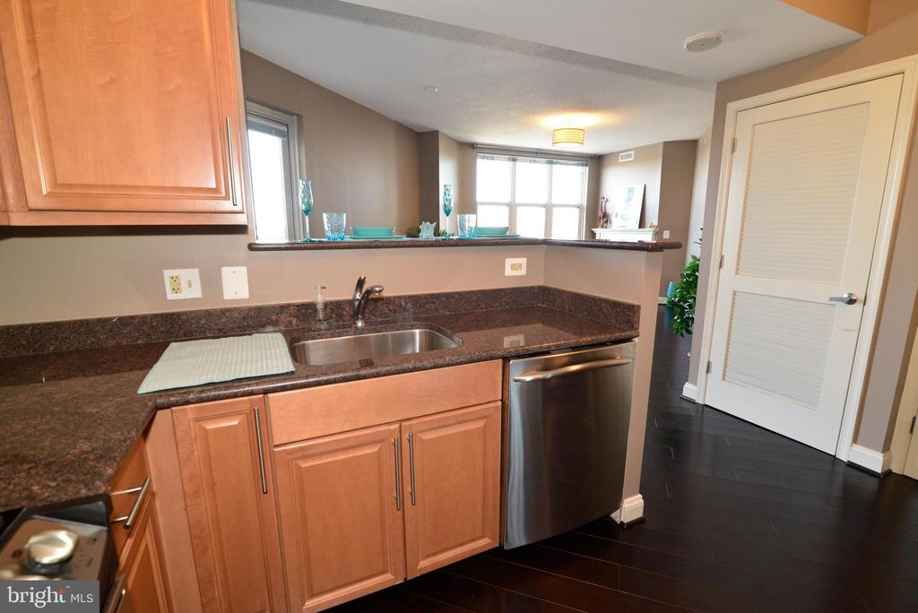 Granite counters and lazy-susan corner cabinet - 11760 SUNRISE VALLEY DR #1014, RESTON