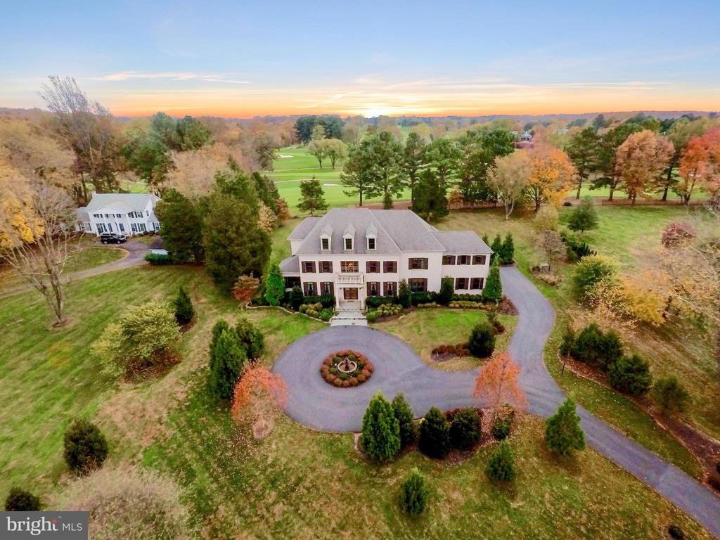Beautiful home backs to Riverbend Country Club - 9801 BEACH MILL RD, GREAT FALLS