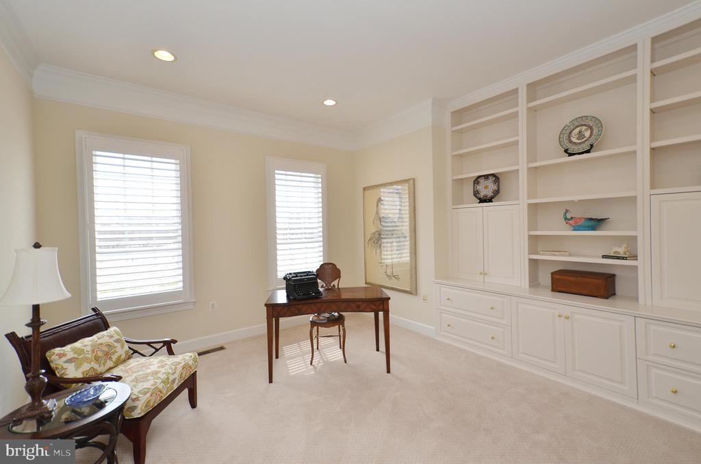 Main level office w/ custom built-ins. - 13291 APRIL CIR, LOVETTSVILLE